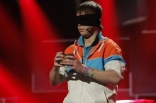 Максим Чечнев собирает кубик с закрытыми глазами